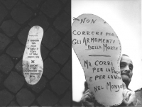 """""""Marcia di Pasqua '83. Manifestante mostra un cartello a forma di scarpa con su scritto: """"""""non correre per gli armamenti della morte, ma corri per la"""