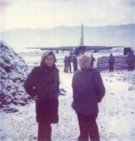 """""""Emma Bonino e Sergio Stanzani con giubotti antiproiettile appena arrivati all'aereoporto di Sarajevo sotto la neve (vedi anche le """"""""altre"""""""" di 1126)."""