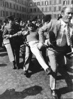 Montecitorio. Cicciomessere portato via di peso dalla polizia durante una manifestazione contro la legge truffa (quella sul'obiezione di coscienza) (