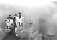 """""""manifestazione antinucleare. Militanti radicali (Strik Lievers, Corleone) con maschere antigas e cartelli al collo: """"""""no all'Europa nucleare, sì all'"""
