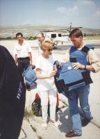 Emma Bonino, in missione a Tuzla, indossa un giubotto antiproiettile