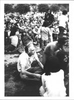 Pannella seduto su un prato insieme a moltissimi altri giovani in un classico raduno tipo Woodstok tipicamente anni '70 (BN) ottima