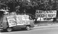 """""""Striscione e cartelli: """"""""subito in TV droga e aborto"""""""", """"""""750.000 firme per l'aborto depenalizzato"""""""", """"""""eroina e RAI TV, due droghe pesanti"""""""" (BN)"""""""