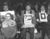 i parenti dei refuznik al 32° congresso del PR. Ilena Nudel (prima a sinistra) iscritta al PR, Irina Zeiklin, reggono cartelli con foto di ebrei che n