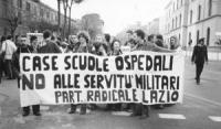 """""""manifestanti, durante un corteo, a viale delle Milizie con striscione: """"""""case, scuole, ospedali, no alle servitù militari. PR del Lazio"""""""" (BN)"""""""