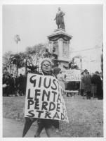 """""""Piazza Cavour. Manifestazione radicale di protesta in occasione dell'inaugurazione dell'anno giudiziario. Signora con cartello al collo: """"""""giustizia"""