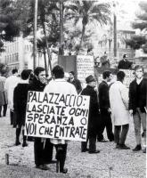 """""""Piazza Cavour. Manifestazione radicale di protesta in occasione dell'inaugurazione dell'anno giudiziario. Spadaccia tiene un comizio, manifestante co"""
