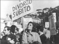 """""""manifestazione divorzista a Piazza del Popolo, donna con cartello: """"""""divorzio subito"""""""" (BN)"""""""
