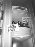 """Prima manifestazione dell'anno anticlericale, in occasione del 38° anniversario del Concordato. """"dal loggione del Teatro Adriano giovani con due carte"""