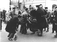 manifestazione divorzista sotto Montecitorio. Manifestante sollevato da terra dalla polizia. (BN) [provini in 2632]