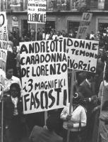 """""""manifestazione contro il referendum sul divorzio a piazza Navona. Cartelli: """"""""Andreotti, Caradonna (MSI), De Lorenzo (MSI), i 3 magnifici fascisti,"""""""""""