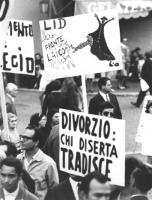 """""""manifestazione contro il referendum sul divorzio a piazza Navona. Folla con cartelli: """"""""Divorzio, chi diserta tradisce"""""""" (BN)"""""""