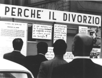 """""""Quattro passanti leggono un cartellone intitolato: """"""""perché il divorzio"""""""". Riproduzione della proposta di legge Fortuna, cartelli: """"""""si può impedire"""