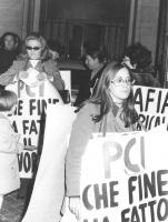 """""""manifestazione divorzista: """"""""donne con cartelli al collo: """"""""PCI, che fine ha fatto il divorzio?"""""""" (BN)"""""""