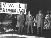 """""""comizio divorzista notturno a Piazza del Pantheon. Banner: """"""""Viva il parlamento, LID"""""""". Da sinistra: Franco De Cataldo, ???, ???, Mauro Mellini. (BN)"""