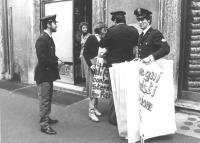 manifestazione radicale contro lo sterminio per fame davanti a Botteghe Oscure, sede del PCI. Valeria Ferro ed altri militanti, con cartelli al collo