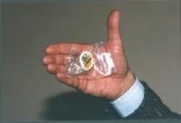 """""""Una bustina di hashish con il logo della """"""""Lista Pannella Antiproibizionista"""""""" del tipo distribuito durante le disobbedienze civili di fine '97"""""""
