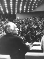 26° congresso PR. Pannella di profilo seduto di schiena con vista della platea (BN)