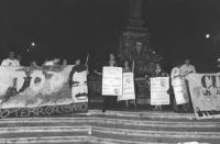 """""""Invasione del Kuwait  da parte dell'Iraq. Fiaccolata radicale al Pantheon. Militanti con cartelli: """"""""Libertà, pace, diritti umani in medio oriente PR"""