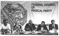 Consiglio federale del PR a Gerusalemme. Vista della presidenza: Vigevano, Stanzani, Pannella, Zevi.  Banner e logo PR (BN) buona
