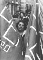 Manifestazione di protesta contro una legge regionale che riapre i manicomi. Una manifestante tra due bandiere (BN)