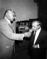 Pannella accende una sigaretta a Leonardo Sciascia. (BN)