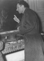 Pannella in piedi davanti ad uno specchio di profilo, raffreddato, con un fazzoletto in mano. (BN) brutta