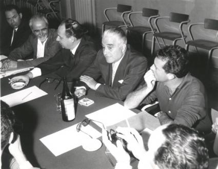 assemblea intorno ad un tavolo. Da sinistra a destra: Ernesto Rossi, Mario Pannunzio, Libonati, Eugenio Scalfari (BN)