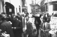PROVINI. Manifestazione davanti alla sede del PSDI di contestazione del ministro della difesa Tanassi (PSDI), mentre entra a S.M. in via. Cicciomesser