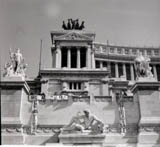 PROVINI. [3 provini 6X6] Piazza Venezia. Altare della Patria. Pannella, Mellini e altri militanti prima depongono una corona di fiori con su scritto: