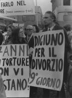 """""""Manifestazione della LID a San Pietro. Pannella con cartello: """"""""digiuno per il divorzio 9° giorno"""" (BN) Ottima, importante"""" [i provini di questa foto"""