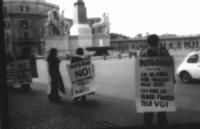 Piazza del Quirinale. Manifestazione affinchè il presidente della Repubblica non firmi la legge sul finanziamento pubblico ai partiti. Manifestanti (t