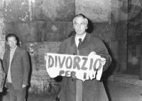 """Pannella tiene in mano un frammento strappato di un cartellone con su scritto: """"divorzio"""". Manifestazione radicale a via della Scrofa per manifestare"""