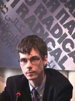 ritratto di Olivier Dupuis, con alle spalle il logo del PR. Ottima