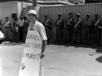 """""""Ottoni con un cartello al collo: """"""""Quando abbattiamo il muro?"""""""" manifesta davanti all'ambasciata della Germania Est a Roma (presumibilmente, seconda"""