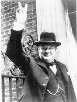 Winston Churchill appena nominato primo ministro, entrando in downing street, alza al cielo la mano in segno di vittoria. [foto prelevata da Internet]