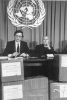 """""""Pietrosanti con don Germano Greganti, risponde alle domande dei giornalisti nella sala stampa dell'ONU. Davanti a loro scatoloni con firme dell'appel"""