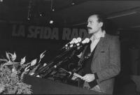 """""""Sergio D'Elia parla dalla tribuna del 32° congresso I sess del PR. Alle spalle banner: """"""""la sfida radicale""""""""  (BN)"""""""