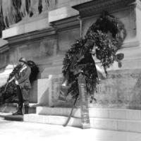 """Piazza Venezia. Altare della Patria. Pannella, Mellini e altri militanti depongono una corona di fiori con su scritto: """"1917 - 1967 nel Vietnam contin"""