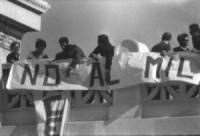 Piazza Venezia. Altare della Patria. Pannella, Mellini e altri militanti prima depongono una corona di fiori poi inscenano un sit in in cima al Vittor