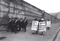 """""""manifestazione sotto le mura del carcere di S.Vittore. Manifestati con cartello al collo: """"""""l'hashish e marijuana non sono droghe"""""""" si incrociano con"""