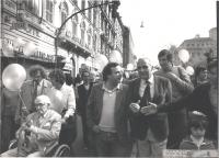 marcia di Pasqua '84 contro lo sterminio per fame. Il Premio Nobel Philip Noel Baker (dietro la sedia a rotelle: Emma Bonino), Mimmo Pinto, Ugo Vetere