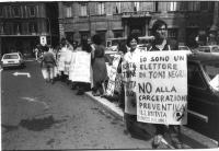 Manifestazione a piazza del Gesù (sede della Democrazia Cristiana)  contro la riduzione dei termini della carcerazione preventiva. Fra i cartelloni si