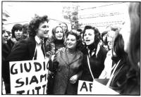 Manifestazione di donne per la legalizzazione dell'aborto. Si riconoscono Francesca Capuzzo ed Emma Bonino. Bianco e nero.