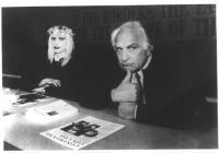 Marco Pannella e Ilona Staller (Cicciolina) seduti accanto al tavolo di presidenza del 34° Congresso del Partito Radicale. Bianco e nero.