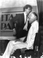 """Marco Pannella, seduto, di profilo, in figura intera, durante il corso della trasmissione """"Italia parla""""."""