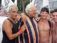 Partecipazione radicale al World Gay Pride. Marco Pannella discute con alcuni ragazzi.