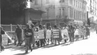 """Marcia antimilitarista. Cartelli: """"No alla prostituzione del lavoro no all'industria bellica"""", """"Non c'è democrazia né socialismo dove c'è esercito"""", """""""