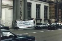 """""""Anniversario della bomba di Hiroshima. Manifestazione a Bruxelles con striscione retto da due militati con su scritto: """"""""vie! Paix! Liberte!  6 aout…"""