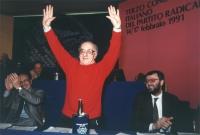 Stanzani alza le braccia dalla presidenza del 3° congresso italiano del Pr. Ai lati: Gianfranco Spadaccia, Peppino Calderisi.
